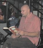 Эрланд Лу читает книгу